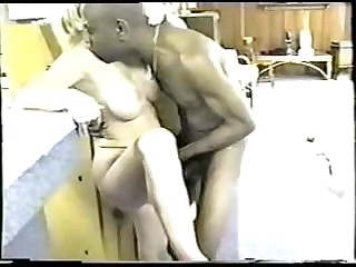 Старое ретро порно худого африканца со светловолосой барышней в постели онлайн