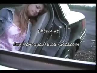 Сосет большой член прямо из салона автомобиля онлайн