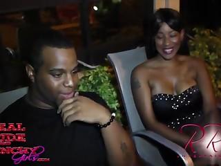 Чёрный парень трахает в презервативе милую девушку после свидания онлайн
